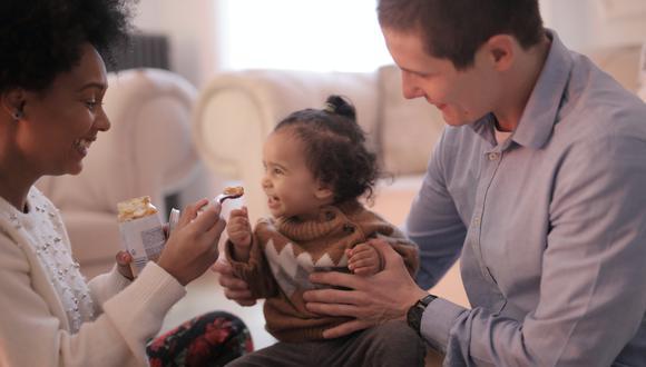 La transición de los alimentos sólidos de tu bebé debe de ser suave y saludable. Foto: Pexels.