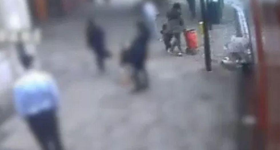 El espeluznante momento en que una mujer con dos niños empujan a una anciana frente a un bus. (Capturas: YouTube)