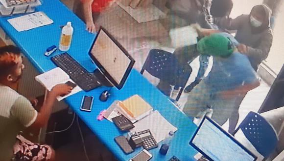 Feroces 'marcas' persiguieron a dos hermanos desde el banco hasta una tienda y en solo segundos, los asaltaron a mano armada y se robaron una mochila con una fuerte cantidad de dinero.