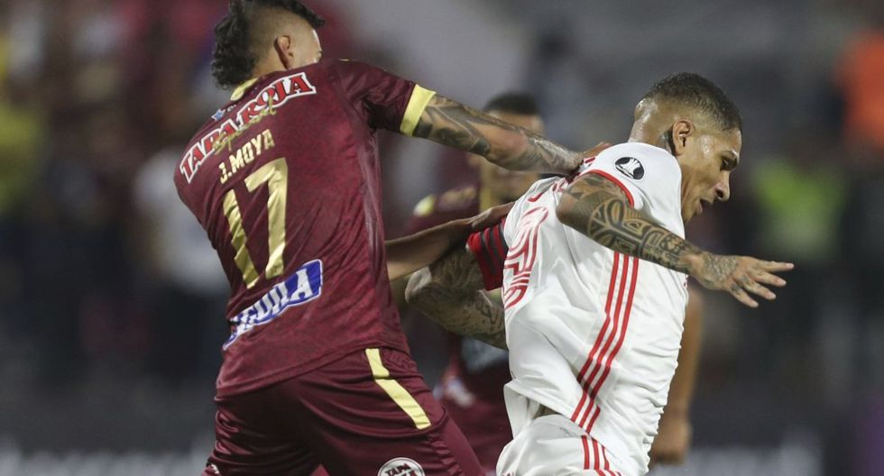 Paolo Guerrero of Brazil's Internacional, right, battles for the ball with Jose David Moya of Colombia's Deportes Tolima during a Copa Libertadores soccer match at the Manuel Murillo Toro stadium in Ibague, Colombia, Wednesday, Feb., 19, 2020. (AP Photo/Fernando Vergara)