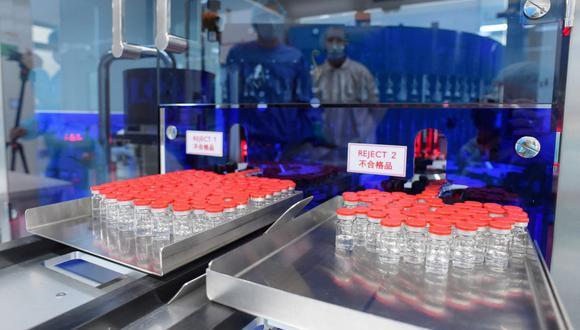 La producción de la vacuna Gam-COVID-Vac de Rusia contra la enfermedad del coronavirus, registrada con el nombre comercial Sputnik V. (Foto: Olga MALTSEVA / AFP)
