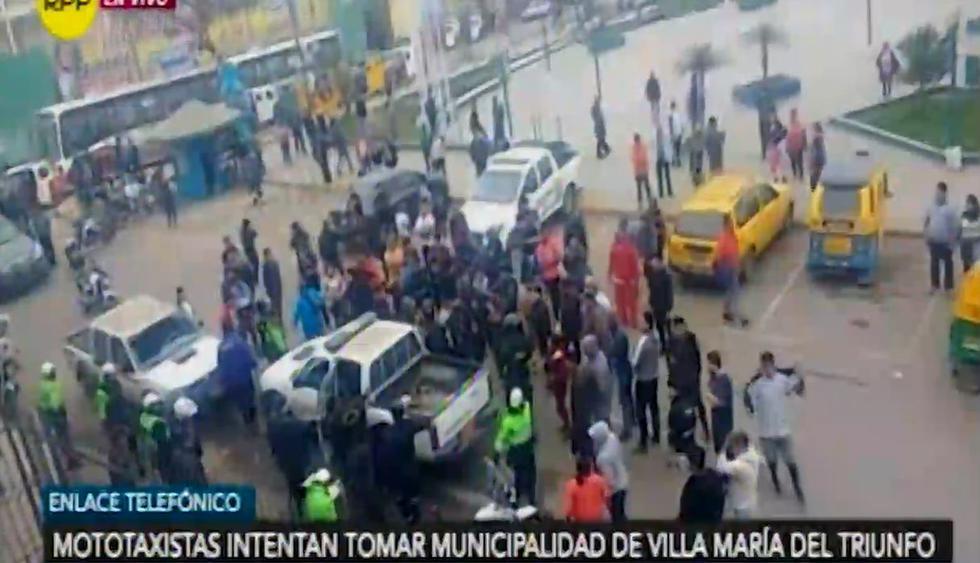 Mototaxistas intentan tomar la municipalidad de VMT para sacar sus vehículos confiscados. Foto: Captura de RPP