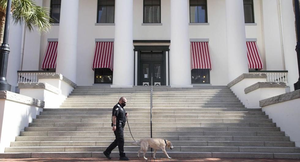 Imagen referencial. Un oficial de policía y K-9 hacen las rondas en el Complejo del Capitolio de Florida en Tallahassee, Florida. (Tori Lynn Schneider/Tallahassee Democrat/AP).