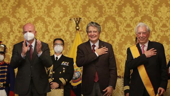 Mario Vargas Llosa posa junto al presidente de Ecuador, Guillermo Lasso, tras ser acreedor del premio la Orden del Mérito Nacional de la Gran Cruz. (Foto: Presidencia ECU)