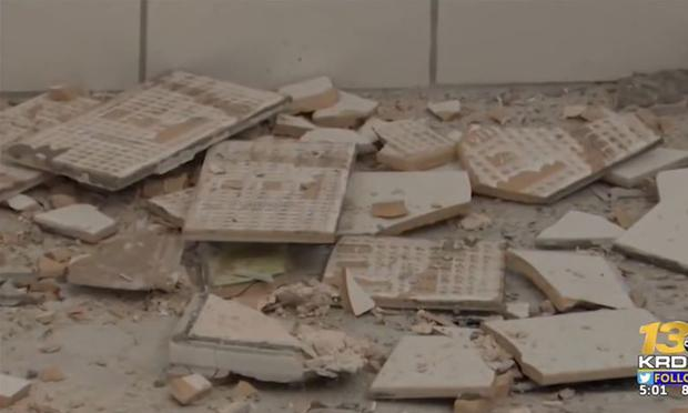 One of the co-owners destroyed the bathroom because the woman refused to pay the full service.  (Photo: Capture / YouTube)