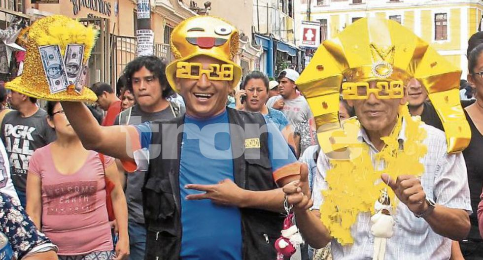 Gorros del billetazo y otros con frases para la 'hora loca', además de diversas piñatas para Año Nuevo en el Mercado Central. (Fotos: Isabel Medina / Trome)