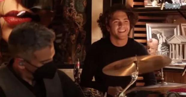 El hijo mayor de Lucero y Mijares siempre le ha gustado tocar el bajo (Foto: Instagram)