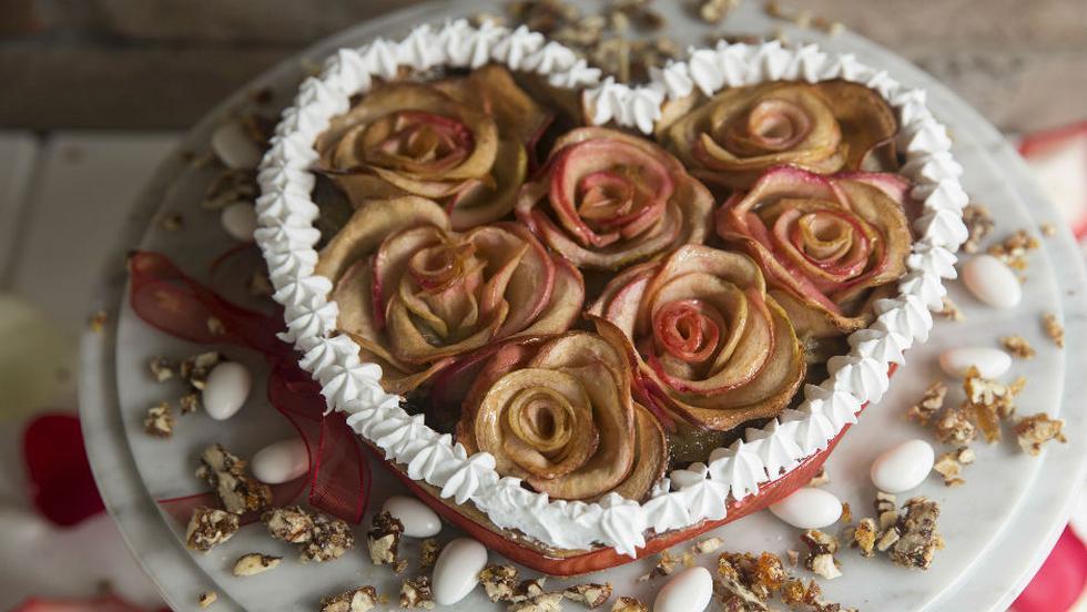 irresistible helado 'Mum', propuesta de Cafeladería 4D. Lleva fresas con crema, acompañado de galletas en forma de corazones y bañadas en chocolate blanco y rosado, además de pinceladas de chocolate y avellanas.