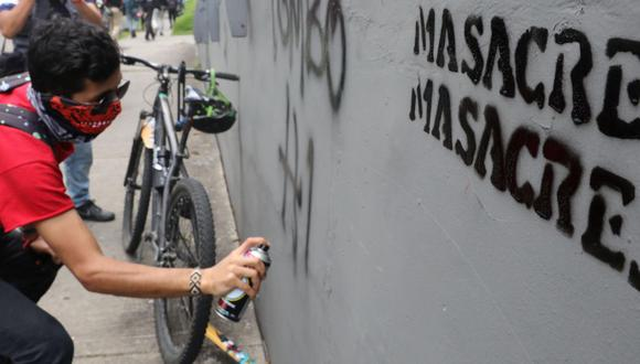 Imagen referencial. Un estudiante realiza un grafiti durante una protesta contra las masacres, en Bogotá. (EFE/Carlos Ortega).