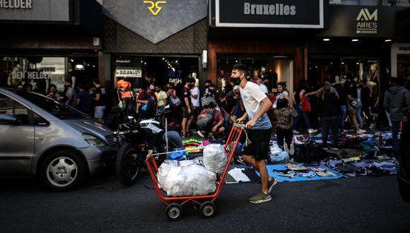 Mientras que en otros países del mundo se perdían millones de empleos por causa del coronavirus y las cuarentenas, el gobierno argentino tomó una inusual medida de prohibir los despidos (Foto: EFE)