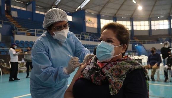 Rosario Sasieta, la 'Señora Ley', puso el hombro y fue inmunizada contra la Covid-19