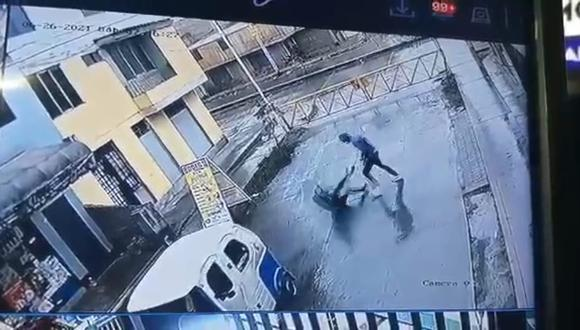 Madre de familia es lanzada de espaldas al piso por un salvaje delincuente. (Paso 3)   Reproducción de vídeo