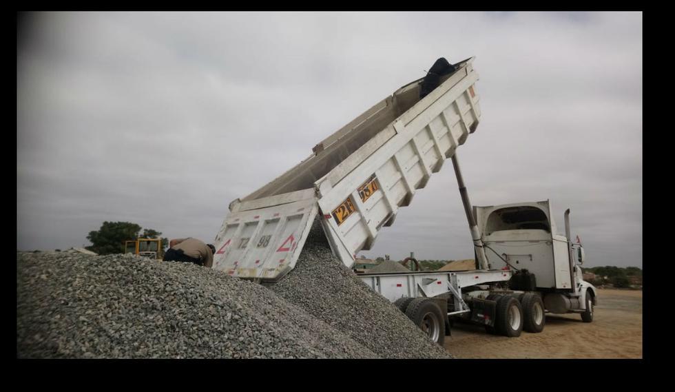 Camión volquete vació toneladas de piedras sobre obrero y lo mató por asfixia