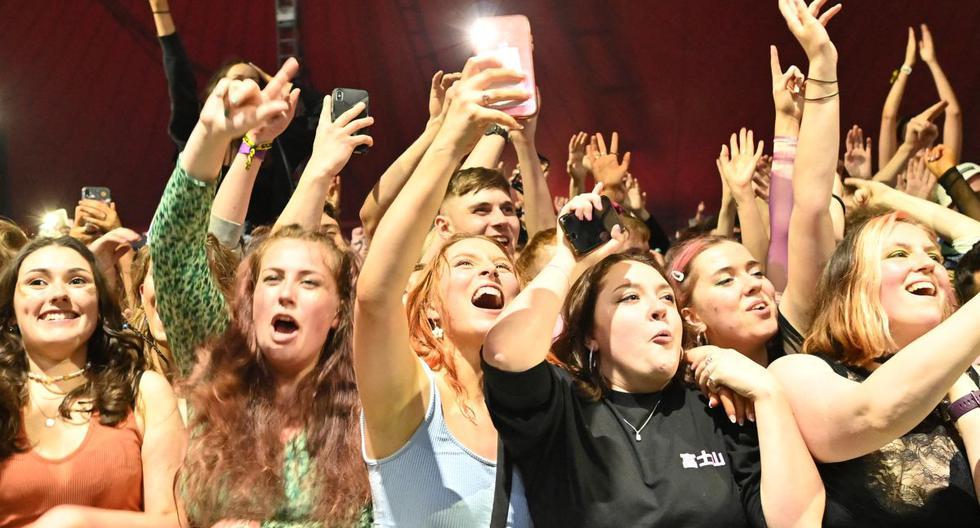 Imagen referencial de asistentes a un concierto en pleno desconfinamiento por coronavirus. (Foto de Paul ELLIS / AFP).