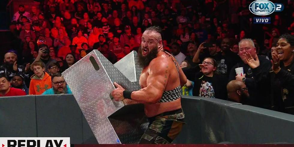 Braun Strowman se valió de todo para lograr el triunfo. (Fox Action)