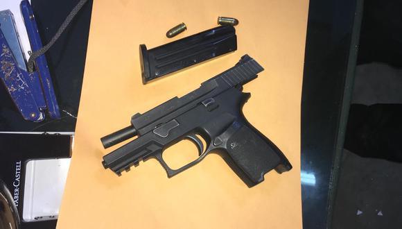 Entre los artículos incautados hay dos armas. (Foto: PNP)