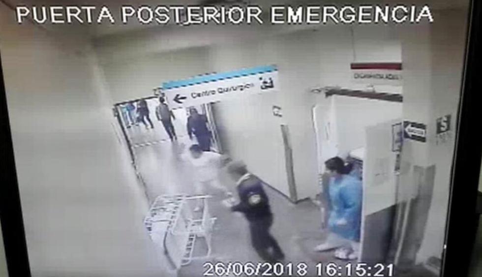 El escalofriante momento en que una anciana se cayó de una camilla que colapsó en el hospital Sabogal. (Capturas: Punto Final)