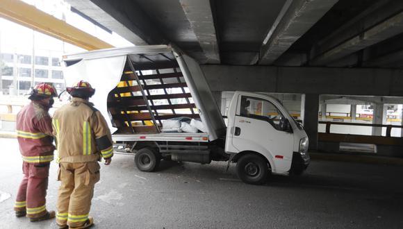 Vehículo terminó atascado en la base del puente.   Foto: Joseph Ángeles