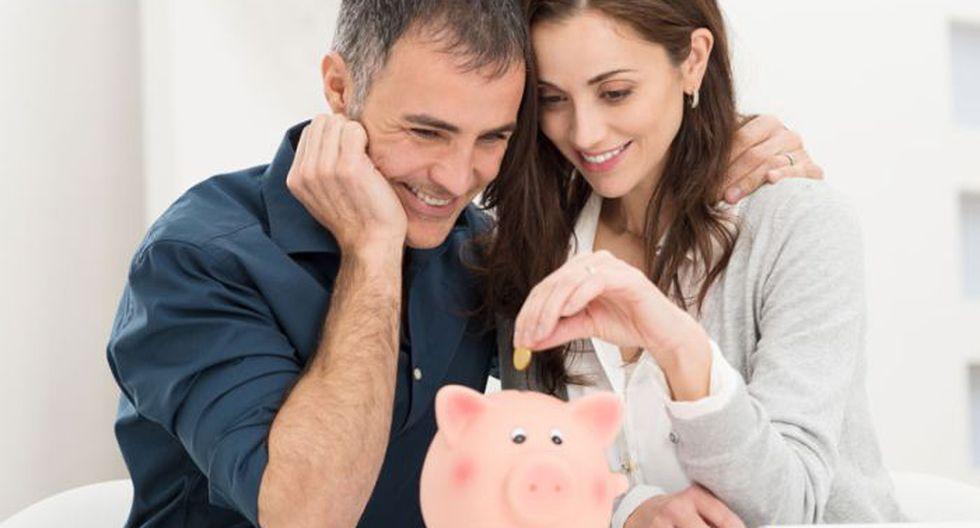 Hablan de su economía Una de las causas más frecuentes de divorcio son los las peleas por dinero. Por desgracia, la mayoría de parejas evitan hablar de dinero hasta que tiene problemas económicos que ya no pueden ser ignorados. Obligarte a hablar de finanzas compartidas antes de que haya un verdadero lío es una de las cosas más inteligentes que puedes hacer para asegurarte un matrimonio feliz y duradero.