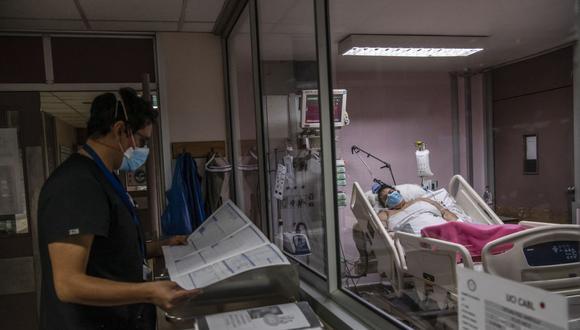 Jóvenes estarían desoyendo los riesgos de contagio y efectos de las nuevas variantes de la COVID-19. (Foto: AFP)