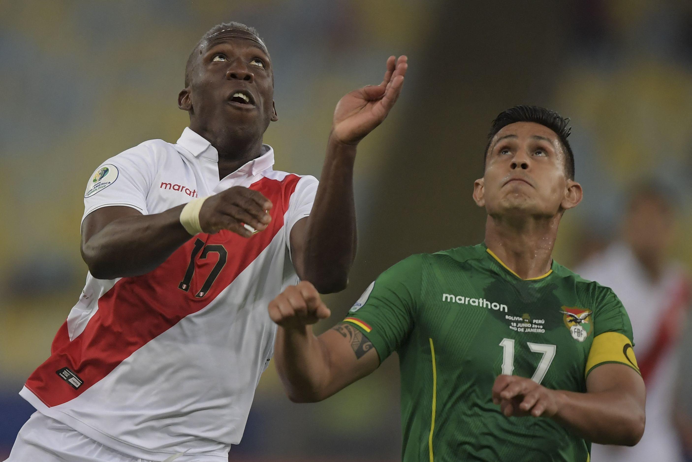 Perú busca meterse en la pelea venciendo a Bolvia en La Paz. Foto: Carl DE SOUZA / AFP)