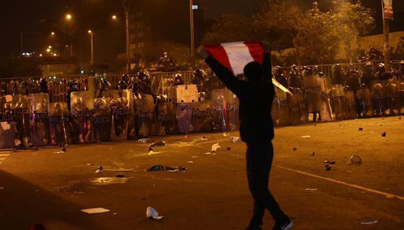 La Policía utilizó bombas lacrimógenas para dispersar a las personas que protestaron por la avenida Abancay. (Foto: GEC)