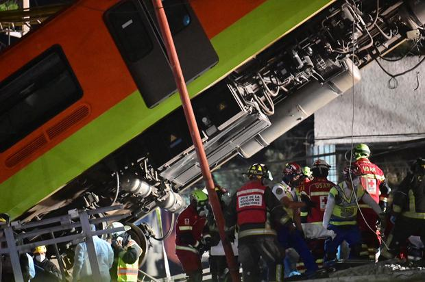 Los rescatistas retiran un cuerpo de un vagón del metro después de que una línea elevada colapsara en la Ciudad de México. (Foto de PEDRO PARDO / AFP).