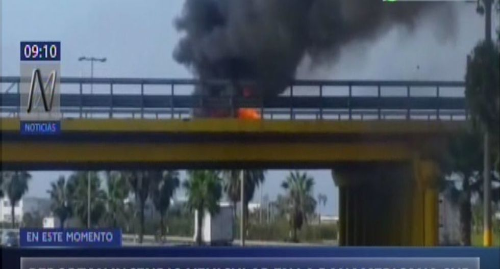 Vehículo arde en llamas en un puente vehicular en la Panamericana Sur ubicado entre el límite de los distritos de Chorrillos y Villa El Salvador. (Captura: Canal N)