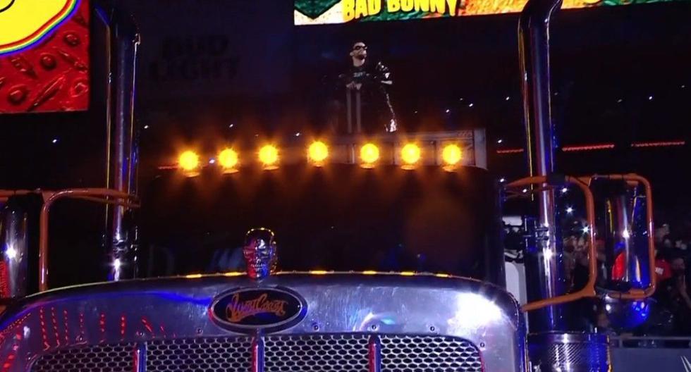 Bad Bunny realizó impresionante entrada en WrestleMania encima de su tráiler