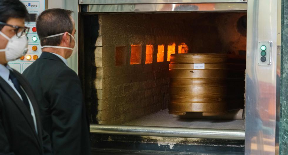 Un ataúd de una víctima del coronavirus es ingresado al crematorio de la morgue de San José en Burgos, en el norte de España, el 16 de abril de 2020. (AFP / CESAR MANSO / Referencial).