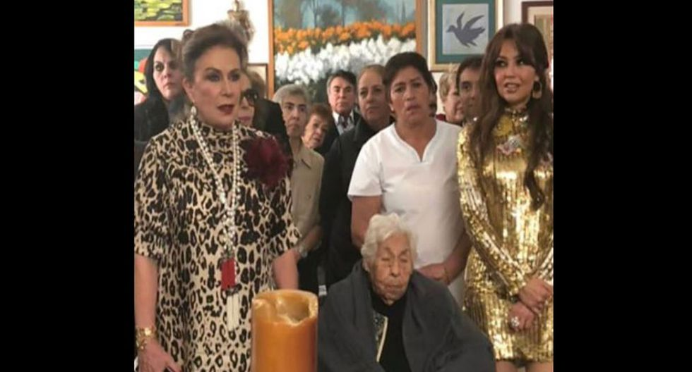Thalía y Laura se reencontraron en cumpleaños de su abuela.