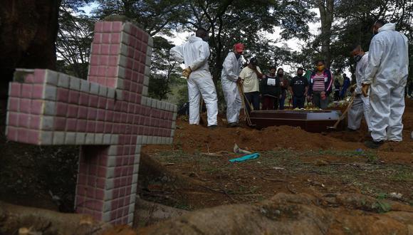 En Brasil el total de fallecimientos sobrepasa ya los 395.000 desde el comienzo de la crisis sanitaria. (Foto: Miguel SCHINCARIOL / AFP)
