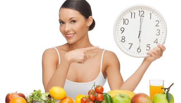 Especialistas recomiendan comer sano y respetar los horarios de las comidas. (Difusión)