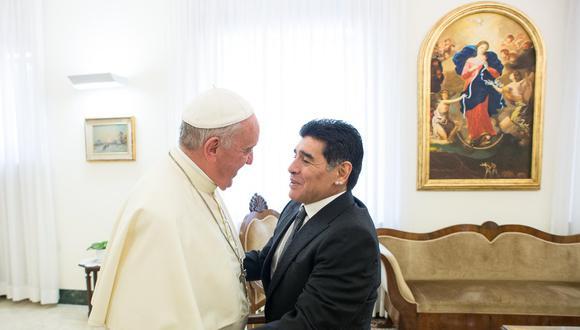 El papa Francisco saludando al futbolista retirado argentino Diego Maradona en la Ciudad del Vaticano el 12 de octubre de 2016. (Foto: STR / TELAM / AFP)