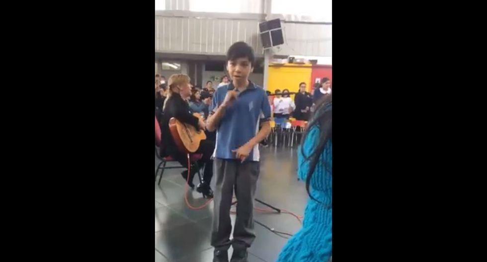 Niñito le canta a su mamá sorda en lenguaje de señas y las redes rompen en emoción
