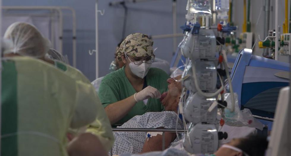 Imagen referencial. Un paciente afectado por el coronavirus es tratado en un hospital de campaña instalado en un gimnasio deportivo, en Santo Andre, estado de Sao Paulo, Brasil. (Miguel SCHINCARIOL / AFP).