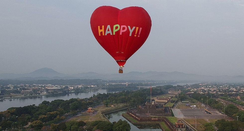 Esta fotografía aérea muestra un globo aerostático volando sobre la ciudadela de piedra de la antigua capital durante un festival de globos aerostáticos en la ciudad vietnamita central de Hue el 28 de abril de 2019. (MANAN VATSYAYANA / AFP)