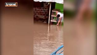 Yurimaguas: Hombre pesca en la puerta de su casa