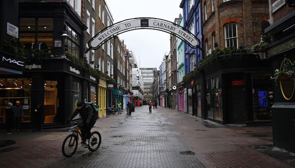 Calles vacías y comercios cerrados es un panorama común en el Reino Unido. El país europeo atraviesa una de las cuarentenas más estrictas de la región. (Foto: EFE)