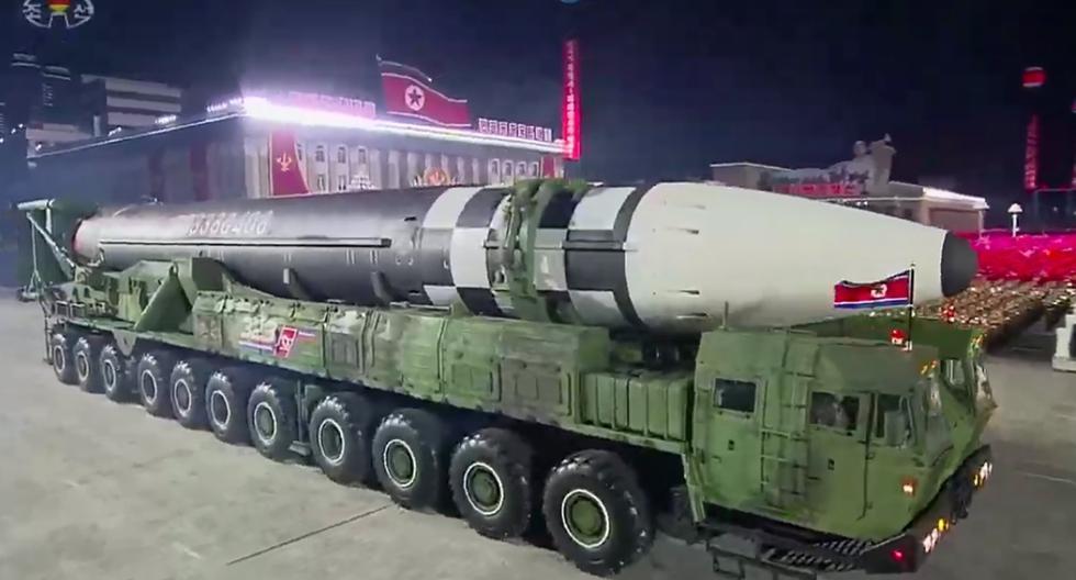 Imagen muestra misiles balísticos intercontinentales Hwasong-15 de Corea del Norte durante desfile militar en Pyongyang. (AFP / KCNA / KNS).