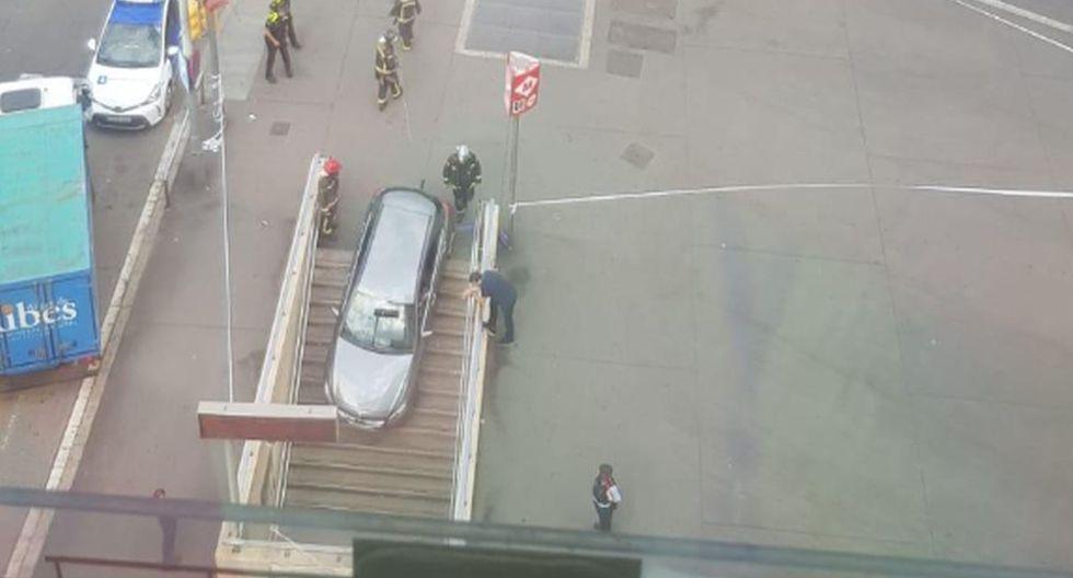 Estacionó su auto en la entrada de un metro al confundirla con un estacionamiento. (Fotos: totbarcelona)