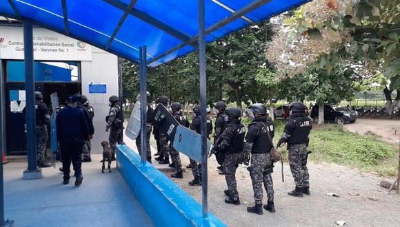 Grupos élite de la Policía ingresaron fuertemente armados a los pabellones, mientras algunos reclusos permanecían acostados en el piso con sus manos sobre la cabeza. (Foto Twitter @PoliciaEcuador)