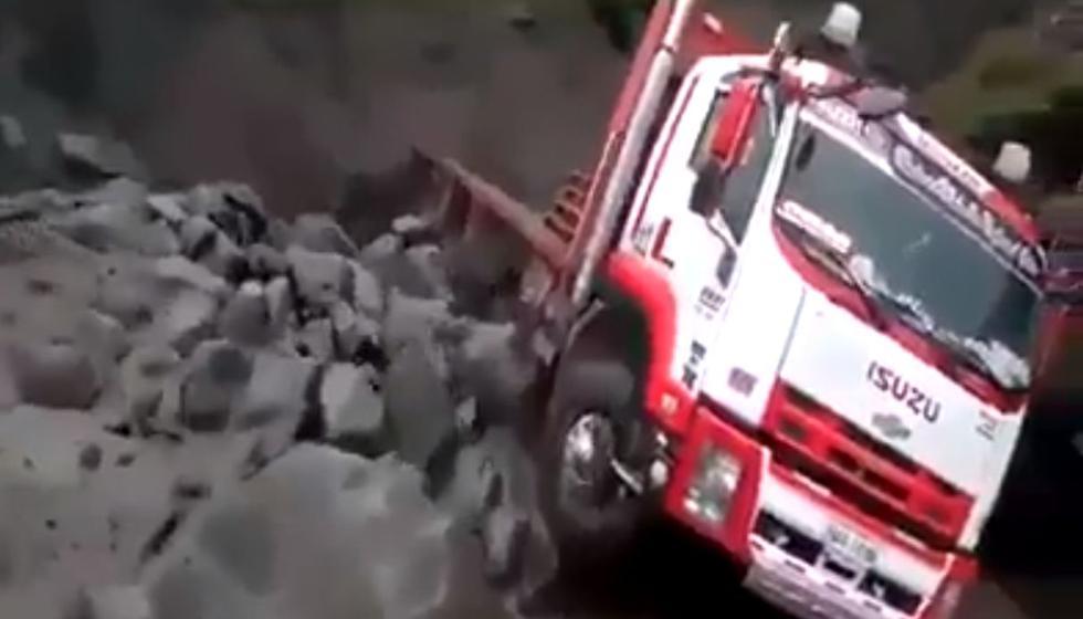 El preciso momento en el que poderoso huaico baja por una quebrada y se lleva un enorme camión en Ecuador. Video: Captura de Facebook / Yanapata Para el Mundo