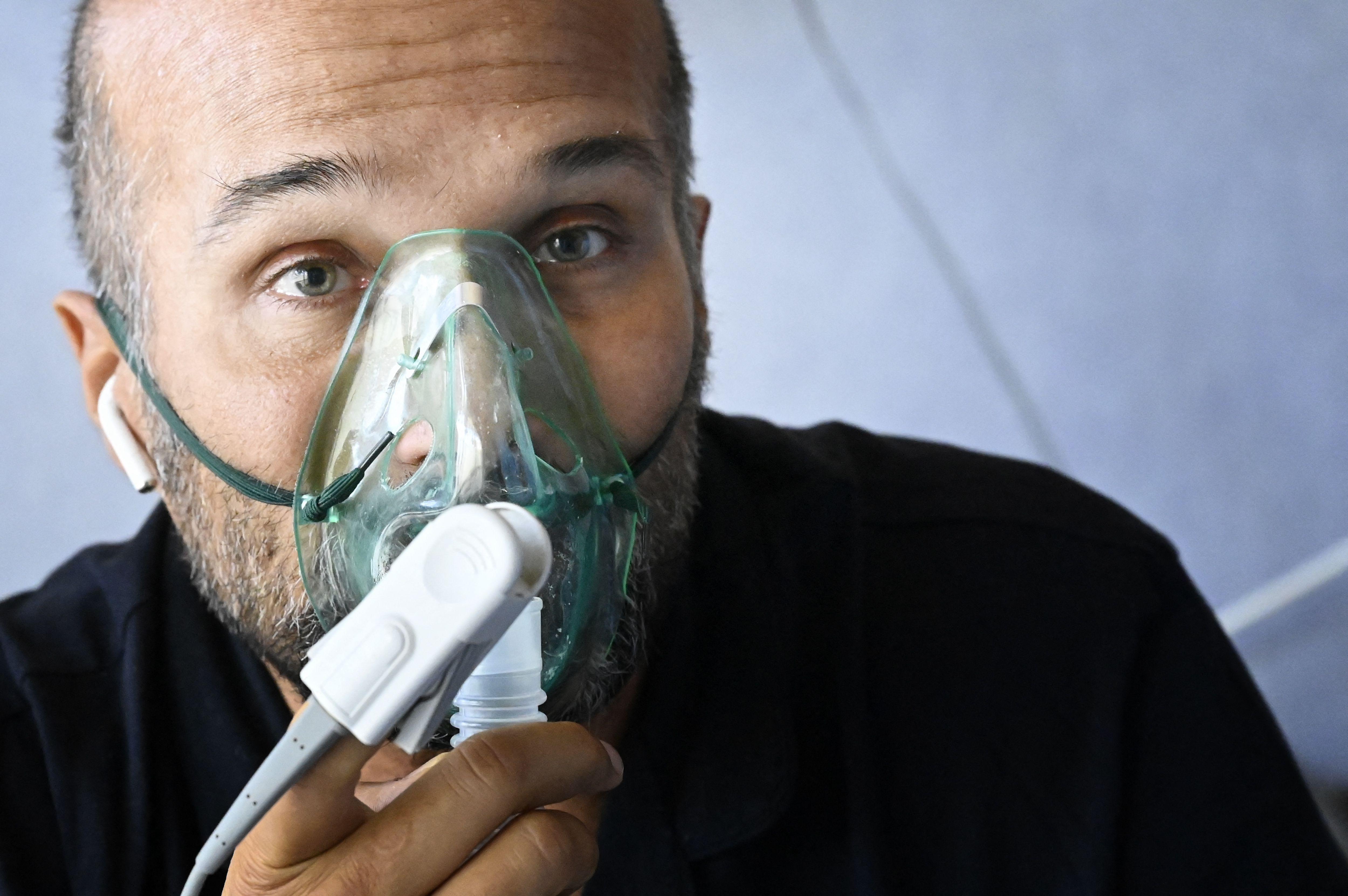El director del hospital ICC Casalpalocco de Roma, Roberto Mezzanotte, reveló que entre el 90 y 95% de pacientes en la unidad de cuidados intensivos no se vacunaron. (Foto: Alberto PIZZOLI / AFP)