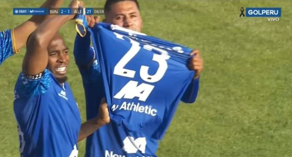Edson Aubert mostró la camiseta del fallecido Juan Pablo Vergara
