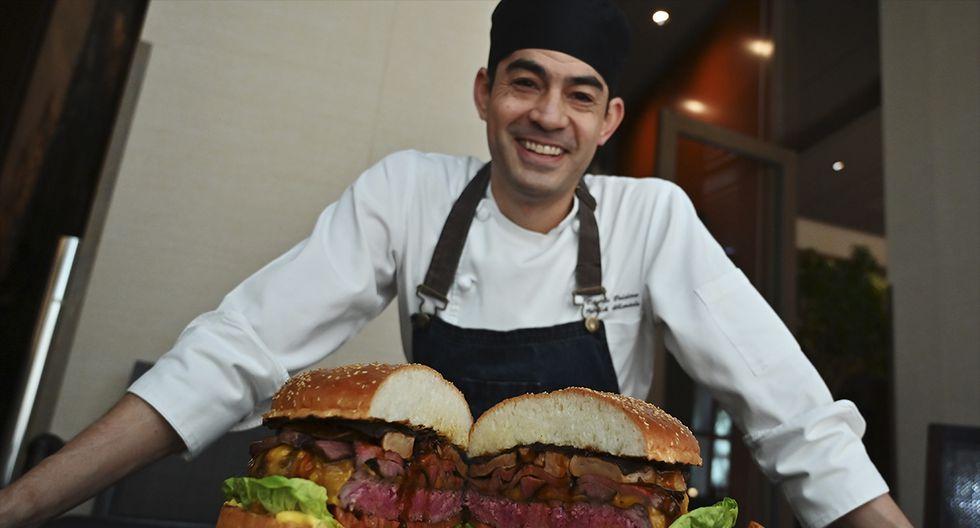 Patrick Shimada, el chef de cocina en The Oak Door del hotel Grand Hyatt Tokyo posa con una hamburguesa de 3 kg en Tokio el 1 de abril de 2019. (CHARLY TRIBALLEAU / AFP)