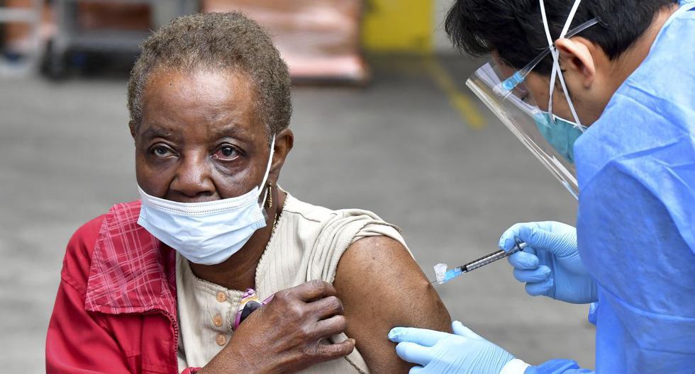 Vera Eskrive, de 86 años, recibe la vacuna Moderna contra el coronavirus Covid-19 en Los Ángeles, Estados Unidos. (Foto de Frederic J. BROWN / AFP).