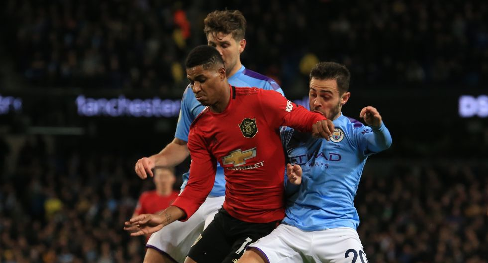Manchester City's Portuguese midfielder Bernardo Silva (R) fouls Manchester United's English striker Marcus Rashford (L) in the area to concede a penalty leading to Manchester United's first goal during the English Premier League football match between Manchester City and Manchester United at the Etihad Stadium in Manchester, north west England, on December 7, 2019. (Photo by Lindsey Parnaby / AFP) / RESTRICTED TO EDITORIAL USE. No use with unauthorized audio, video, data, fixture lists, club/league logos or 'live' services. Online in-match use limited to 120 images. An additional 40 images may be used in extra time. No video emulation. Social media in-match use limited to 120 images. An additional 40 images may be used in extra time. No use in betting publications, games or single club/league/player publications. /