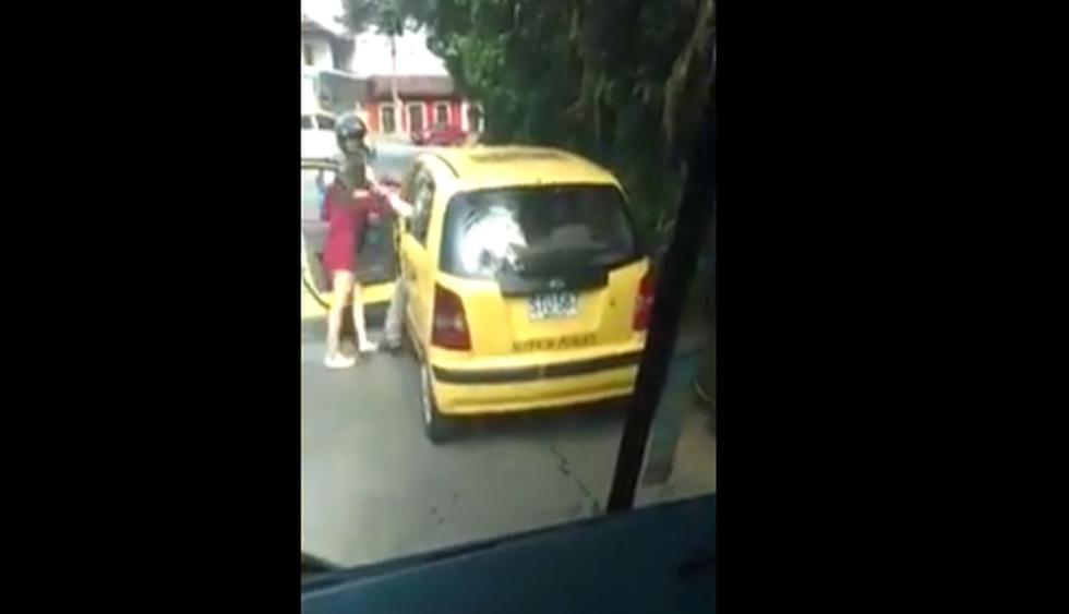 Una mujer denunció que un taxista la agredió cuando se quedó dormida en su unidad vehicular. (Capturas: YouTube)