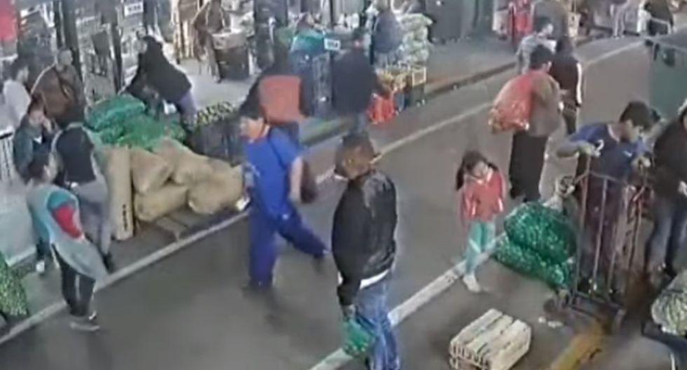 Extranjeros distraen a comerciante de limones y se llevan 8 mil soles de su puesto en el Mercado de Santa Anita. Foto: Captura de ATV Noticias